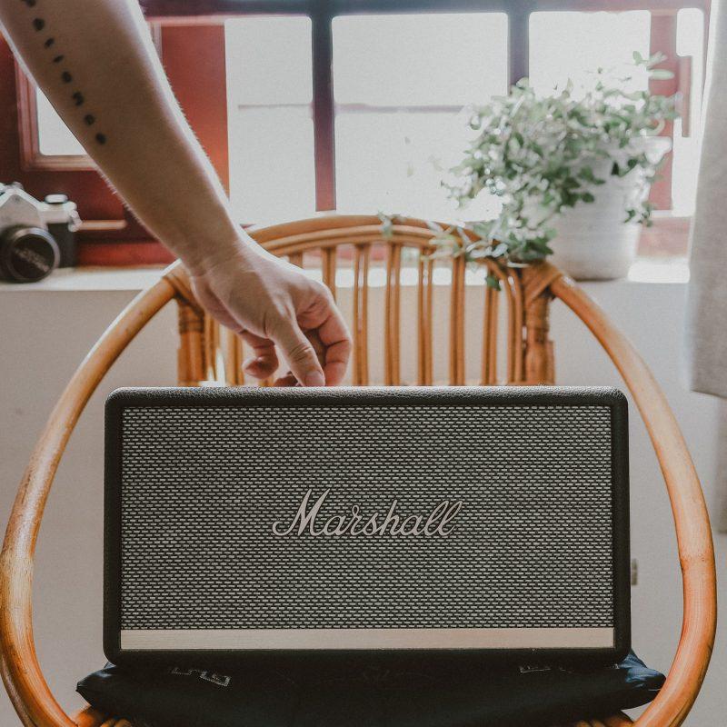 sillas y radio corntetas